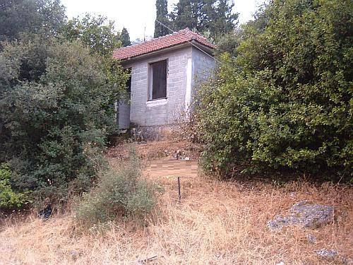 Old dwelling in need of renovation in Drakopoulata