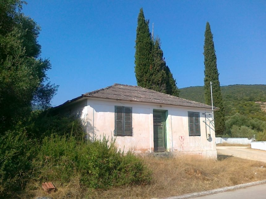 House in need of renovation in Karavomilos